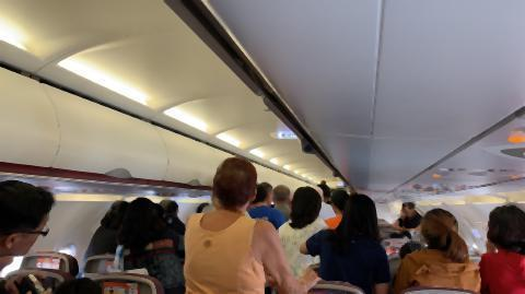 pict-Foreigner opens emergency exit3.jpg
